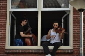 Luisteren uit het raam